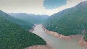 Sceniczny widok wijąca asfaltowa droga wzdłuż rzeki gór i rzeki, zdjęcie wideo