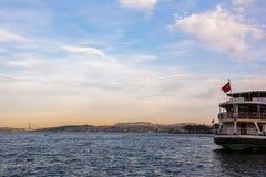 Sceniczny widok z chmurami na zmierzchu niebie nad Bosporus Obrazy Stock
