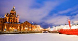 Sceniczny zima widok zamarznięty Stary port w Katajanokka okręgu z Uspenski Ortodoksalną katedrą w Helsinki Finlandia Obrazy Stock