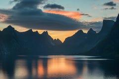Sceniczny zmierzch blisko wielkich gór wewnątrz lofoten wyspy, Kjerkfjorden, bunesfjorden Fotografia Royalty Free