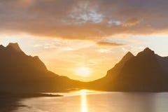 Sceniczny zmierzch blisko wielkich gór wewnątrz lofoten wyspy, Kjerkfjorden, bunesfjorden Zdjęcie Royalty Free