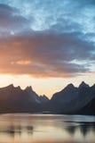 Sceniczny zmierzch blisko wielkich gór wewnątrz lofoten wyspy, Kjerkfjorden, bunesfjorden Obrazy Stock