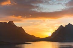 Sceniczny zmierzch blisko wielkich gór wewnątrz lofoten wyspy, Kjerkfjorden, bunesfjorden Obrazy Royalty Free