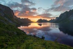Sceniczny zmierzch blisko wielkich gór wewnątrz lofoten wyspy, Kjerkfjorden, bunesfjorden Obraz Royalty Free