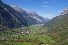Scenisk alpin dal Arkivfoton