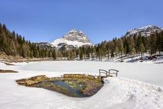 Scenisk Atorno sjö med det Tre Cime di Lavaredo maximumet i den ital vintern Lago D 'Atorno, Dolomites, Italien arkivbild