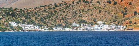 Scenisk by av Loutro och medelhavet i Kreta Grekland arkivfoto