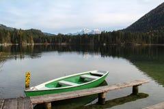 Scenisk bild på berg sjön Hintersee royaltyfria foton