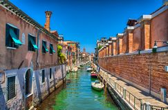 Scenisk canaScenic kanal med Carabinieri fartyg, Venedig, Italien, HDRl med Carabinieri fartyg, Venedig, Italien, HDR royaltyfria bilder