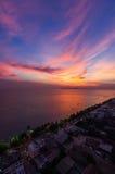 Scenisk dramatisk solnedgång över havet Arkivbilder