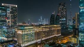 Scenisk Dubai i stadens centrum arkitektur på natttimelapse Flyg- sikt av talrika skyskrapor nära den Sheikh Zayed vägen lager videofilmer