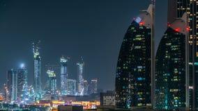 Scenisk Dubai i stadens centrum arkitektur på natttimelapse Flyg- sikt av talrika skyskrapor nära den Sheikh Zayed vägen stock video