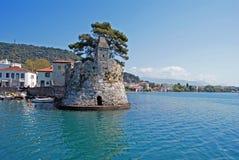 Scenisk fiskeport av den Nafpaktos staden i Grekland fotografering för bildbyråer