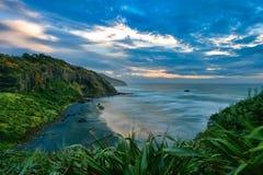 Scenisk fjärd på Muriwai i Nya Zeeland Arkivfoto