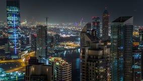 Scenisk flyg- sikt av en stor modern stad på natttimelapse Affärsfjärd, Dubai, Förenade Arabemiraten lager videofilmer