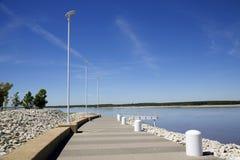 Scenisk gångbana längs bankerna av en flod Fotografering för Bildbyråer