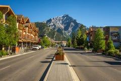 Scenisk gatasikt av den Banff avenyn i Banff, Alberta Arkivfoto