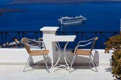 Scenisk kafétabell i Santorini Arkivbilder