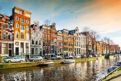 Scenisk kanal i Amsterdam, Nederl?nderna royaltyfri fotografi