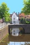 Scenisk kanal i den gamla staden av Amersfoort, Holland Royaltyfria Foton