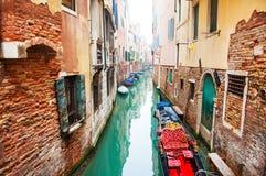 Scenisk kanal i Venedig, Italien royaltyfria foton