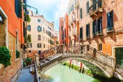 Scenisk kanal i Venedig, Italien arkivbilder