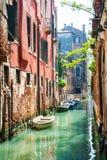 Scenisk kanal i Venedig, Italien arkivfoton