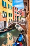 Scenisk kanal i Venedig, Italien arkivfoto