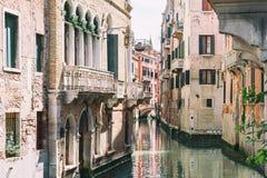 Scenisk kanal i Venedig, Italien fotografering för bildbyråer
