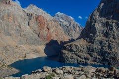 Scenisk kristallsjö i fanberg i Pamir, Tadzjikistan fotografering för bildbyråer