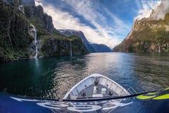 Scenisk kryssningritt runt om Milford Sound, Nya Zeeland fotografering för bildbyråer