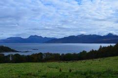 Scenisk kust av den Hebriddean ön med blåa himlar och vatten Royaltyfri Bild