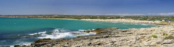 Scenisk kustlinje med stenig udde nära den Sampieri stranden, Sicilien royaltyfria bilder