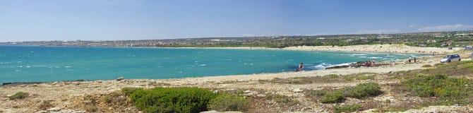 Scenisk kustlinje med stenig udde nära den Sampieri stranden, Sicilien, Italien arkivbilder