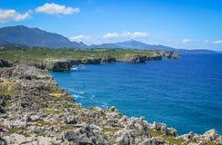 Scenisk kustlinje på Cabo de Fördärva, mellan Llanes och Ribadesella, Asturias, nordliga Spanien arkivbilder