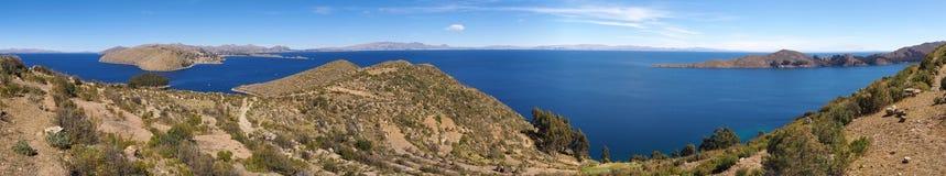 Scenisk landskappanorama av sjön Titicaca royaltyfri bild