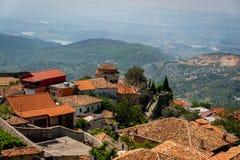 Scenisk landskapsikt av den gamla staden av Kruja på en berglutning i Albanien med kullarna i bakgrunden royaltyfri foto