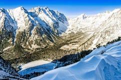 Scenisk landskapsikt av vinterberg, sjön och stugan, Slo Royaltyfri Foto