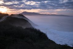 Scenisk landskapsikt i solnedgång på den kust- vägen vid den atlantiska kustlinjen i solnedgång, basque land, Frankrike royaltyfri bild