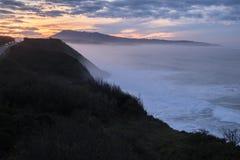 Scenisk landskapsikt i solnedgång på den kust- vägen vid den atlantiska kustlinjen i solnedgång, basque land, Frankrike fotografering för bildbyråer