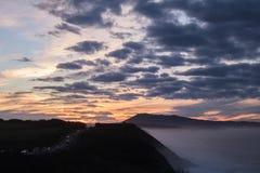 Scenisk landskapsikt i solnedgång på den kust- vägen vid den atlantiska kustlinjen i solnedgång, basque land, Frankrike royaltyfri foto