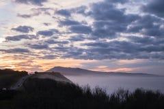 Scenisk landskapsikt i solnedgång på den kust- vägen vid den atlantiska kustlinjen i solnedgång, basque land, Frankrike arkivbild