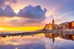 Scenisk medelhavs- riviera kustpanoramautsikt av den Camogli staden i Liguria, Italien Basilika av Santa Maria Assunta och f?rgri royaltyfri foto
