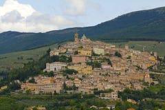 Scenisk medeltida stad av Montefalco, Italien royaltyfri foto