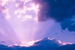 Scenisk molnig himmel med solstrålar royaltyfri foto