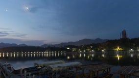 Scenisk natt på en flod arkivbild