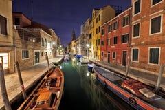 Scenisk nattsikt av en Venedig kanal Arkivfoton