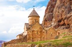 Scenisk Novarank kloster i Armenien Den Noravank kloster grundades i 1205 Det lokaliseras 122 km från Yerevan i den smala klyftan royaltyfri foto