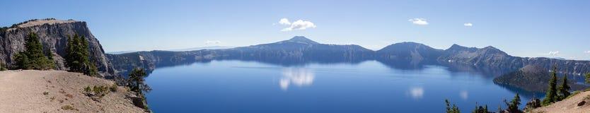 Scenisk panorama av krater sjön arkivbilder