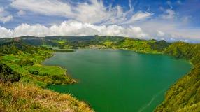 Scenisk panorama av Sete Citades den vulkaniska kratersjön i Sao Miguel Arkivfoto